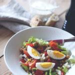 Speltsalat med kogte æg og kikærter