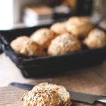 Grove gulerodsboller med solsikkekerner – perfekte til madpakken